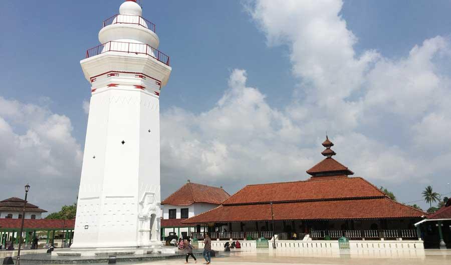Provinsi Indonesia tetap setia pada tradisi Ramadhan dengan pembacaan Alquran di malam hari