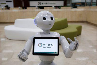 Robot SoftBank 'Pepper' terlihat di cabang First Bank sebagai penjaga menyambut nasabah di Taipei, Taiwan, 6 Oktober 2016 (Foto: REUTERS/Tyron Siu).