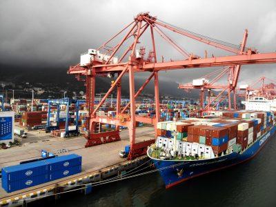 Kapal kontainer COSCO S?  o Paulo, dengan hampir 1.000 set ekskavator, loader, grader, dan produk mesin konstruksi lainnya yang diproduksi oleh XCMG, berlayar dari terminal peti kemas di Pelabuhan Lianyungang, berlayar ke Amerika Selatan, di Kota Lianyungang, Provinsi Jiangsu, China Timur, 20 Juli , 2021 ( Foto: Reuters).