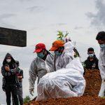 Melihat lebih dekat: Indonesia, episentrum wabah virus corona COVID-19 di Asia, mempertimbangkan pelonggaran pembatasan