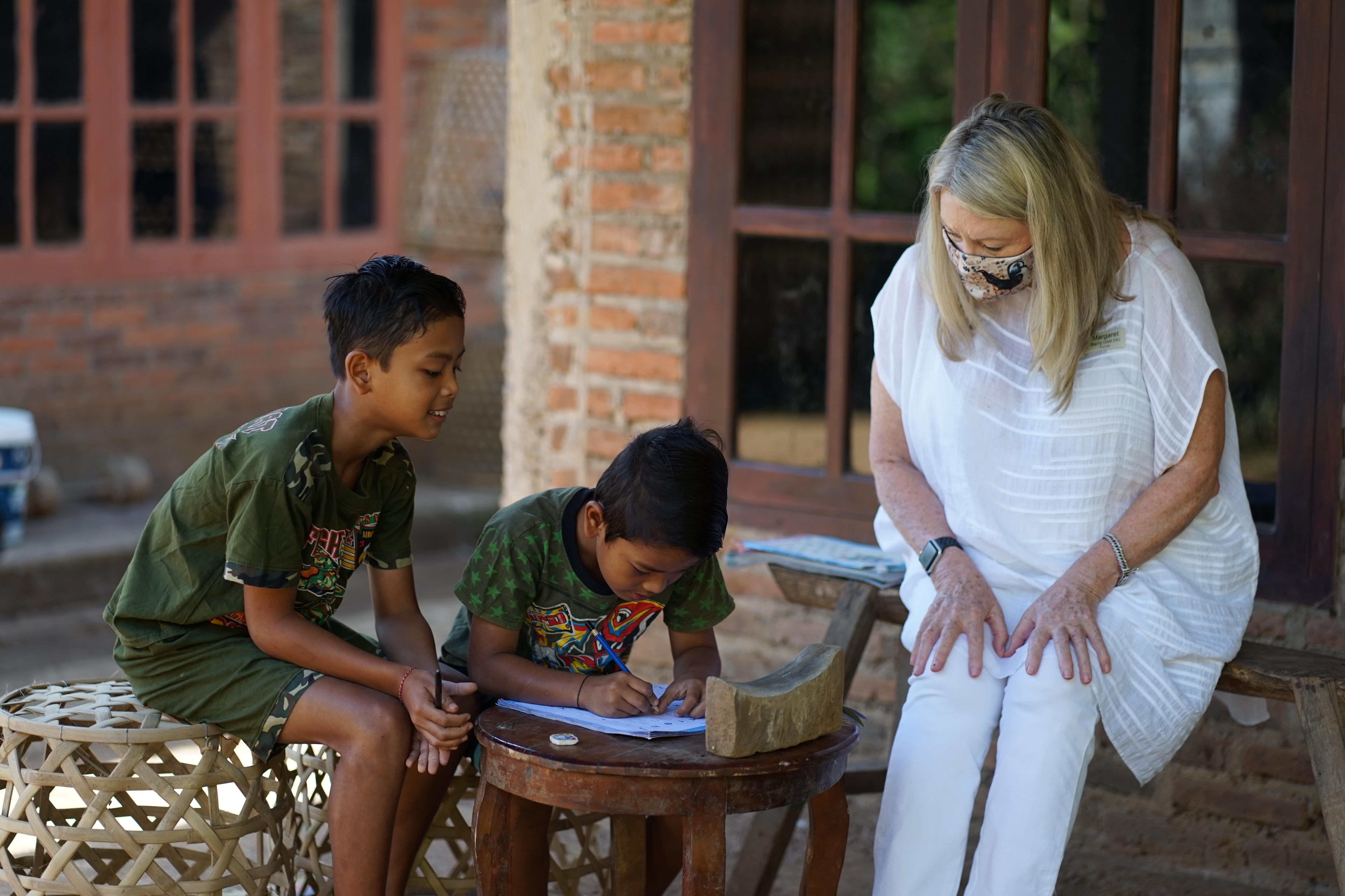 Wanita Australia Margaret Barry menjalankan Bali Children's Foundation.