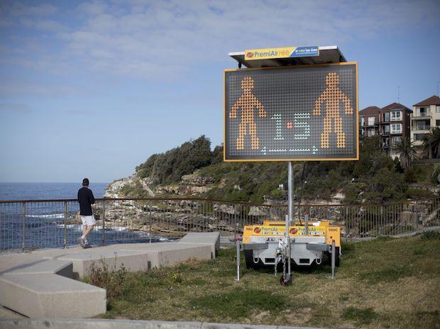 Tanda jarak sosial terlihat di Pantai Bondi di Sydney, Australia, Senin, 2 Agustus 2021. Lockdown Sydney telah diperpanjang tiga kali, dan ada risiko tidak akan dicabut seperti yang dijadwalkan saat ini pada 28 Agustus, mengingat Delta.  terus menyebar dan