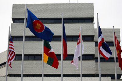 Bendera terlihat di luar gedung Sekretariat Perhimpunan Bangsa-Bangsa Asia Tenggara (ASEAN), menjelang Pertemuan Pemimpin ASEAN di Jakarta, Indonesia, 23 April 2021 (Foto: Willy Kurniawan/Reuters).