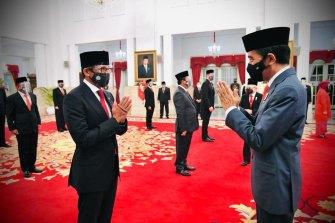 Sandiaga Ono, kiri, bersama Presiden Indonesia Joko Widodo.