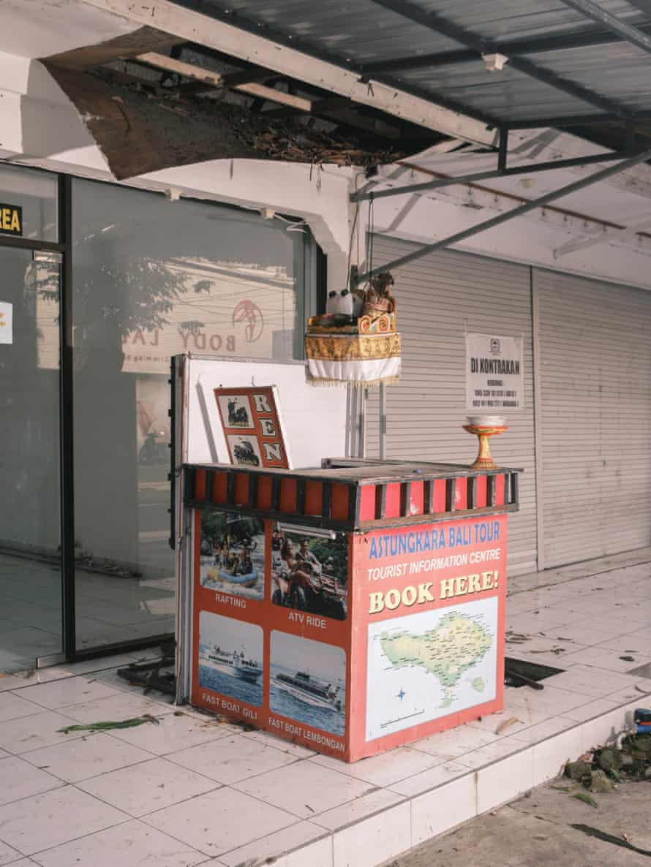 Pusat informasi wisata yang terbengkalai di Kuta