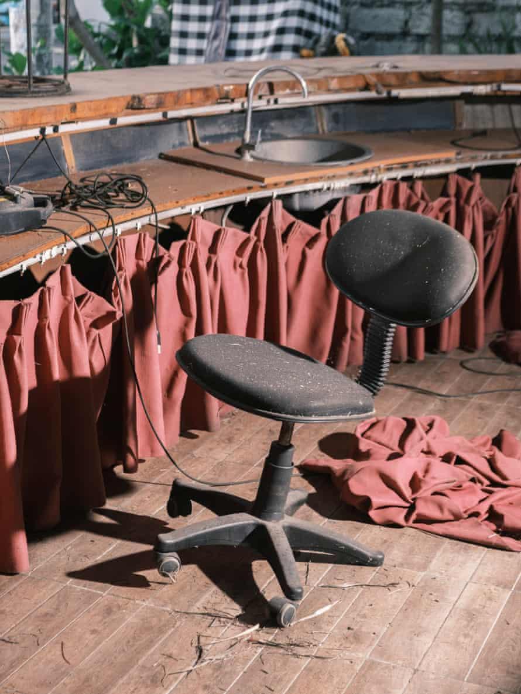 Sebuah kursi kosong di sebuah restoran tertutup di Kuta.