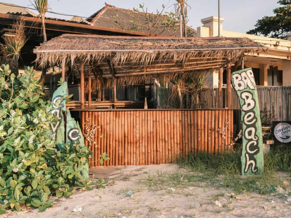 Bar pantai yang terabaikan di Jimbaran.