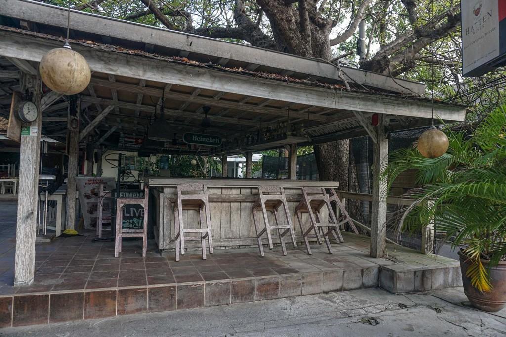 Kursi dan meja terlihat bertumpuk saat restoran tutup.