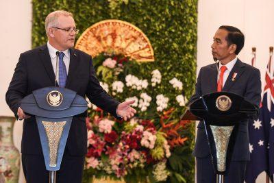 Presiden Indonesia Joko Widodo mendengarkan Perdana Menteri Australia Scott Morrison pada konferensi pers di Istana Kepresidenan di Bogor, Indonesia, 31 Agustus 2021 (Foto: Antara Photo/Hafez Mubarak A via Reuters).