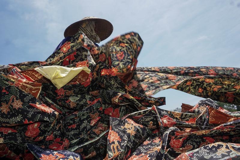 Menteri Ekonomi Kreatif ajak masyarakat ikut melestarikan batik